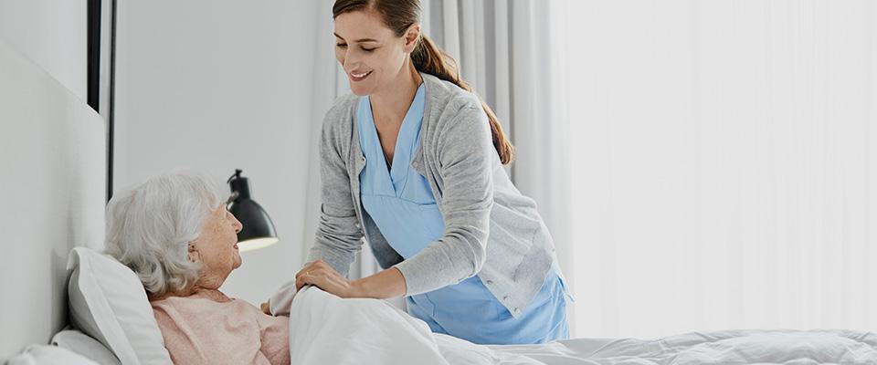 pielęgniarka opiekującasię starszą kobietą