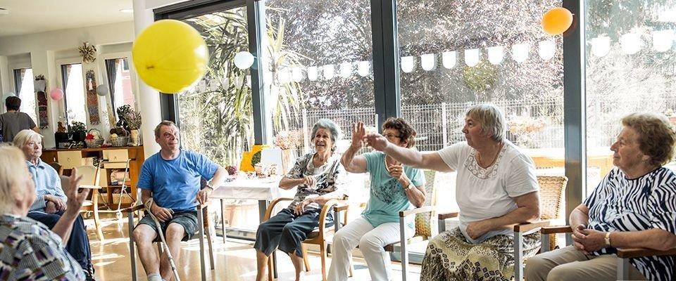 Starsi ludzie podczas przyjęcia