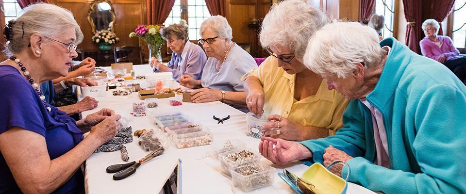 starsze kobiety wczasie terapii