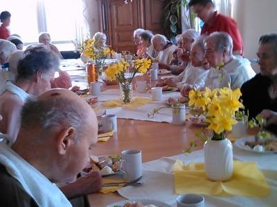 Starsi ludzie przy stole