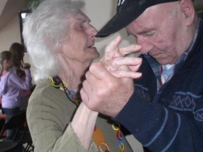 Starsza tańcząca para