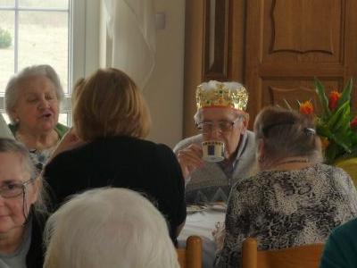 Grupka starszych ludzi